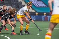 AMSTELVEEN - Frederique Matla (DenBosch) met Sosha Benninga (Adam) tijdens de halve finale wedstrijd dames EURO HOCKEY LEAGUE (EHL),  Amsterdam-HC Den Bosch. (1-1) Den Bosch wint shoot outs en plaats zich voor de finale.  COPYRIGHT  KOEN SUYK