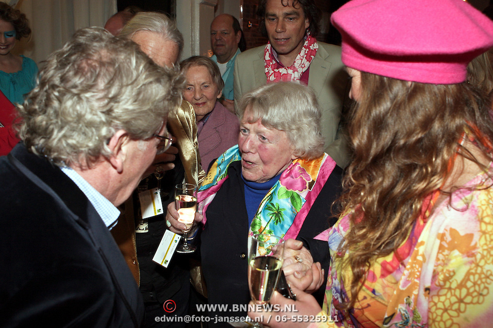 NLD/Naarden/20080401 - Het Arsenaal van jan des Bouvrie bestaat 15 jaar, Jan met zijn moeder en dochter Nicole