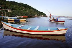 Cano ancorada no riozinho da Guarda do Embaú, Garopaba, SC.<br /> <br /> FOTO: Jefferson Bernardes / Preview.com