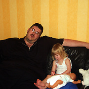 Edwin en Diana Janssen slapend en ziek op de bank