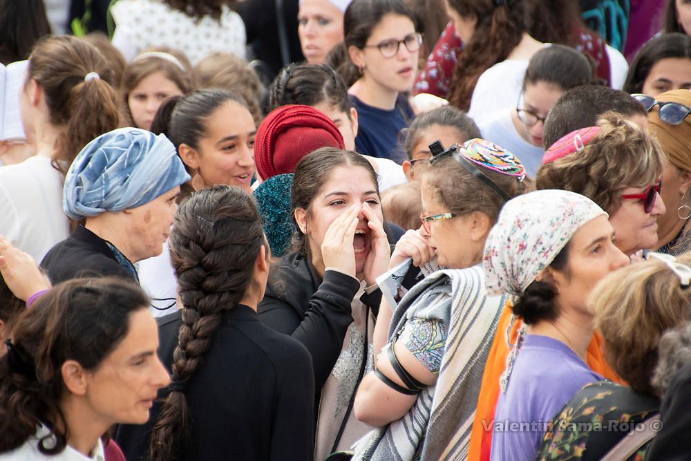 Jerusalem, Israel. 13th July, 2018. A girl shouting to a woman wearing kippa, phylactery and talit during the prayer of Rosh HaHodesh Av in the Western Wall. © Valentin Sama-Rojo