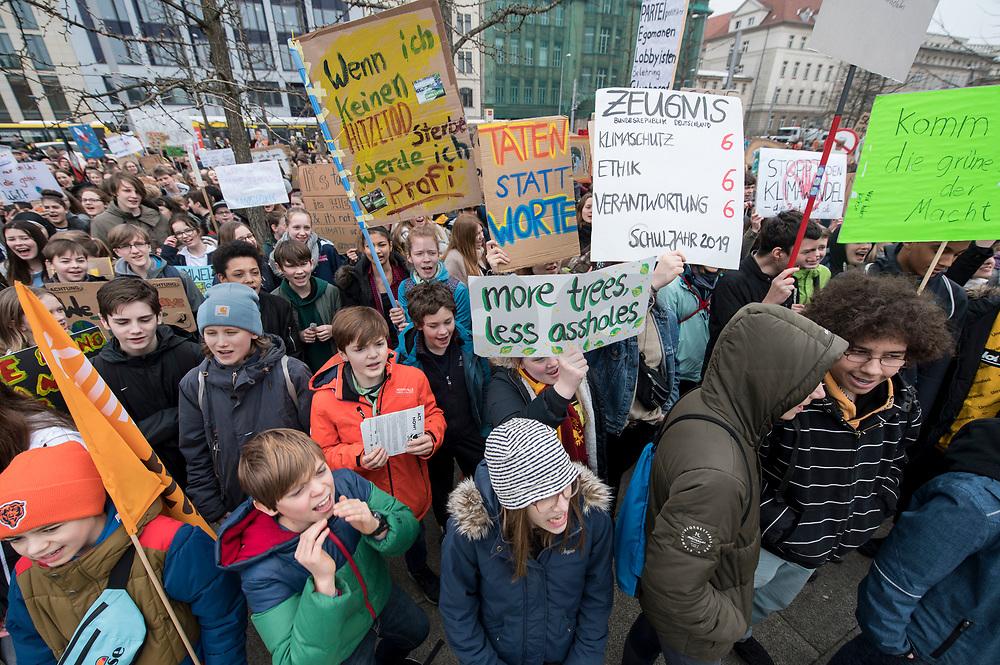"""22 MAR 2019, BERLIN/GERMANY:<br /> Kinder, Schueler und Jugendliche demonstrieren bei einer Demo """"Fridays for Future"""" fuer mehr Klimaschutz, Invalidenpark<br /> IMAGE: 20190322-01-007<br /> KEYWORDS: Demonstration, Protest, portester, Youth, Clima, climate change, Demonstranten, Klimarettung, Demo, Schulstreik, Streik, Schüler, Klimawandel."""