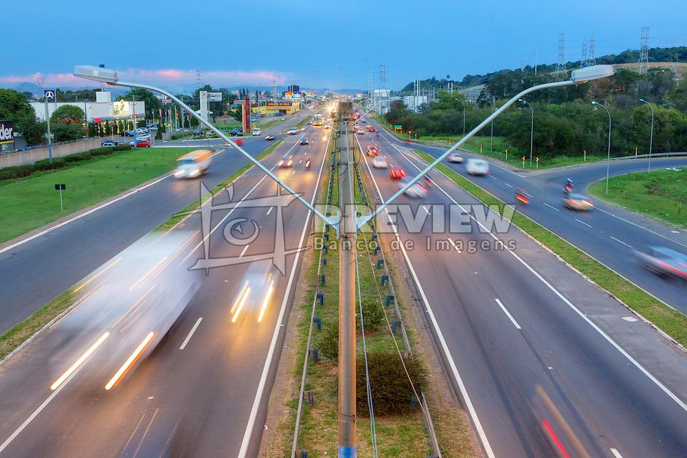 Trânsito na BR-116. O trânsito é lento e o perigo de acidentes maior, por causa da alta concentração de veículos neste ponto em Novo Hamburgo / RS. FOTO: Jefferson Bernardes/Preview.com