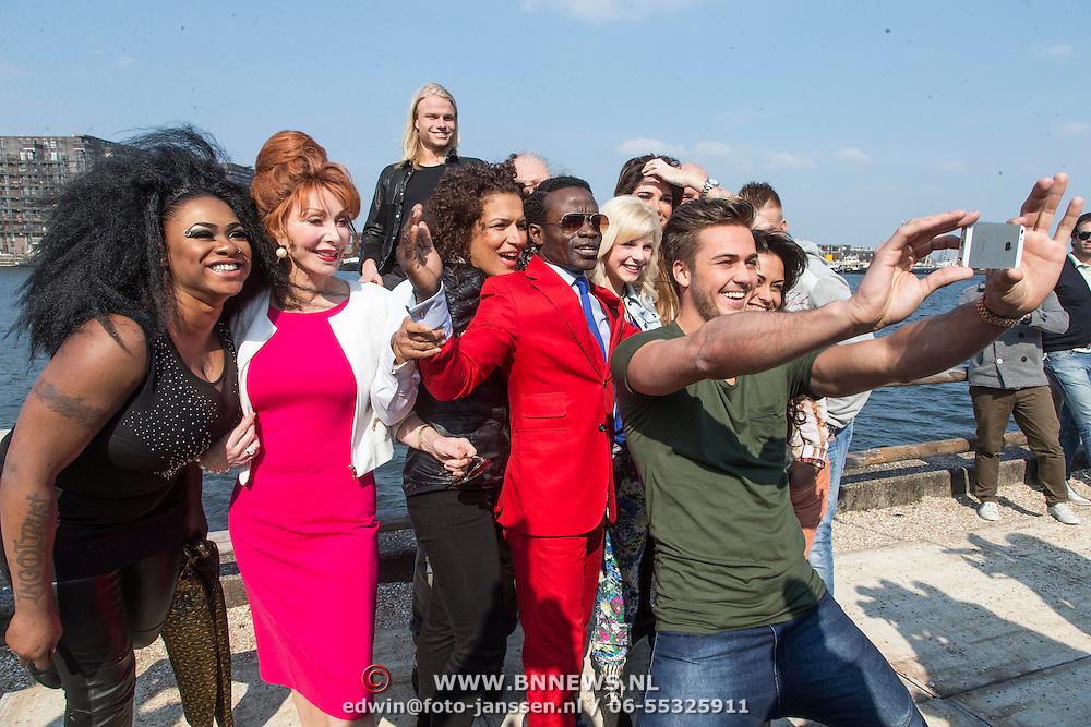 NLD/Amsterdam//20140327 - Perspresentatie Sterren Springen 2014, deelnemers nemen een selfie