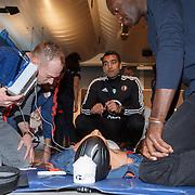 NLD/Rotterdam/20151207 - Reanimatiecursus Feyenoord selectie + bn'ers leren samen reanimeren, Youri van Gelder en Francisco Elson