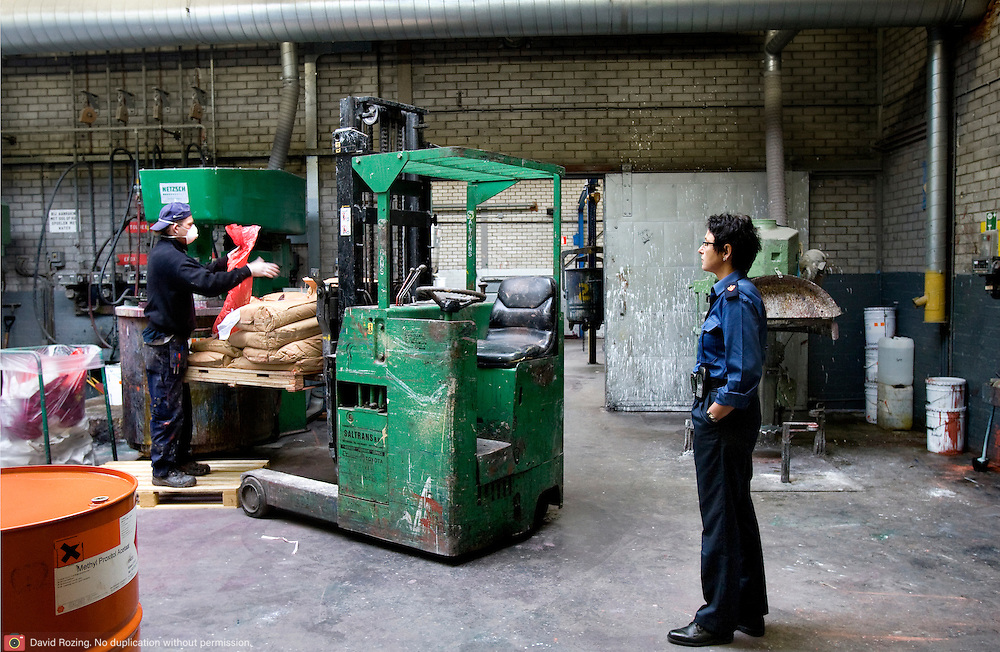 Nederland Dordrecht 24 september 2008 20080924 Foto: David Rozing ..Serie Vrom inspectie verfbedrijven. Adviseur gevaarlijke stoffen, Gosia Tabaka,  van de regionale brandweer Zuid - Holland - Zuid controleert vaten met grondstoffen bij verfhandel. Veiligheidsinspectie VROM. Blusinstallaties zijn verplicht in ruimten vol gevaarlijke stoffen, Vrom inspectie ( Sjef Strik in orange jack) controleert verfbedrijf. ..Foto David Rozing