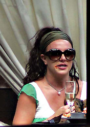EXCLUSIVE - Britney Spears drinks a glass of champagne with her cheese burger at the Abbey in West Hollywood, sporting some spots of ketchup around her mouth, in Los Angeles, CA, USA on July 27, 2007. Photo by VIPix/ABACAPRESS.COM  | 128172_01 Los Angeles Etats-Unis United States