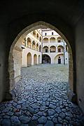 Dolina Prądnika, 2006-10-18. Dziedziniec zamku w Pieskowej Skale