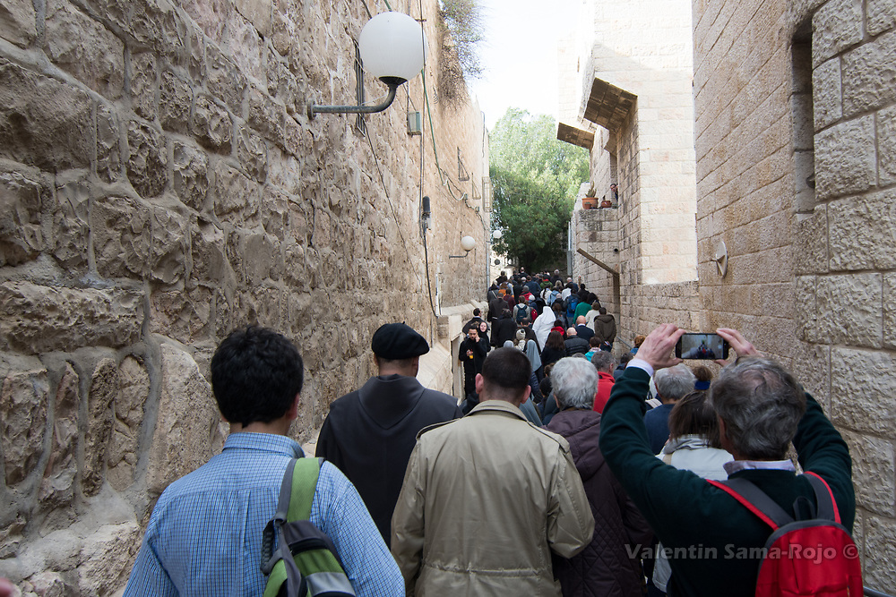 Jerusalem, Israel. 29th March, 2018. Pilgrims following the procession at the streets of the Old City of Jerusalem after the cerenomy of Washing the Feet at the Cenacle. © Valentin Sama-Rojo.