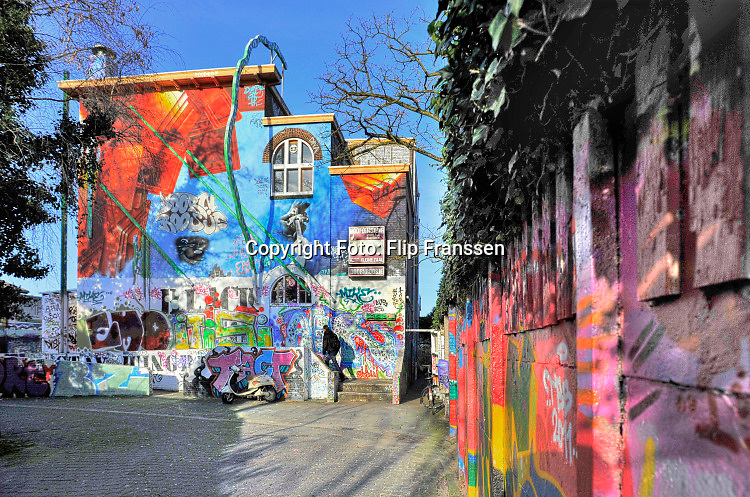 Nederland, Nijmegen, 16-1-2018Het oude, vroegere poppodium en jongerencentrum Doornroosje aan de verlengde Groenestraat wordt mogelijk gekocht door het initiatief De Basis waar onder meer de rockband de Staat deel van uitmaakt . Het oude schoolgebouw is bedekt met kleurrijke graffiti .Foto: Flip Franssen