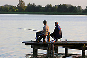 Wegorzewo 2008-07-14. Wędkarze nad jeziorem Święcajty