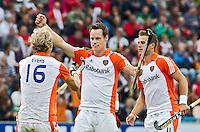 MONCHENGLADBACH  - Vreugde bij Oranje nadat Taeke Takema (m) de stand op 2-2 heeft gebracht   , vrijdag tijdens de halve finale bij de Europese Kampioenschappen hockey mannen tussen Nederland en Belgie , in het Duitse Monchengladbach.  links Floris Evers, rechts Jeroen Hertzberger.