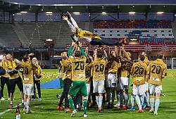 Cheftræner Glen Riddersholm (SønderjyskE) kastes op i luften efter finalen i Sydbank Pokalen mellem AaB og SønderjyskE den 1. juli 2020 i Blue Water Arena, Esbjerg (Foto Claus Birch).