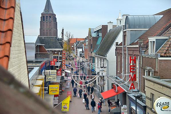 Nederland, Boxmeer, 10-11-2012Winkelend publiek in het centrum van Boxmeer. De wethouder heeft aangeraden meer in lokale winkels te kopen en minder op internet.Foto: Flip Franssen/Hollandse Hoogte