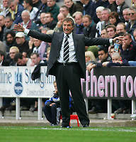 Fotball<br /> England 2004/2005<br /> Foto: SBI/Digitalsport<br /> NORWAY ONLY<br /> <br /> Newcastle United v West Bromwich Albion, Barclays Premiership, St James' Park, Newcastle upon Tyne 25/09/2004.<br /> Newcastle's manager, Graeme Souness, appeals to his team.