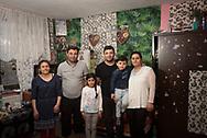 Äußerst beengt lebt<br /> Gheorge (2. von links)<br /> mit seiner Familie in der<br /> Seehafenstraße im<br /> Harburger Hafengebiet.