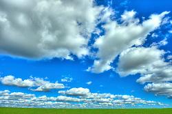 Lavoura verde e fértil sob céu com nuvens. FOTO: Jefferson Bernardes/Preview.com