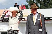 Pferdesport: 148. Deutsches Galopp Derby, Hamburg, 02.07.2014<br /> Edda Darboven kaempft mit ihrem Hut, Albert Darboven<br /> © Torsten Helmke