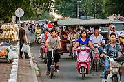 Het drukke verkeer in Phnom Penh bestaat voor een groot deel uit motoren en brommers. Er wordt echter ook nog veel gefietst.