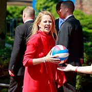 NLD/Weert/20110430 - Koninginnedag 2011 in Weert, Mabel Wisse Smit aan het volleyballen