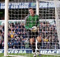 Fotball<br /> FA-cup 2005<br /> Tottenham v Nottingham Forest<br /> 20. februar 2004<br /> Foto: Digitalsport<br /> NORWAY ONLY<br /> Forrest's young keeper Colin Doyle makes an error as Jermaine Defoe's free kick slips through his hands