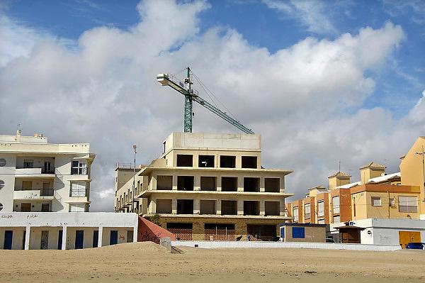 Spanje, Barbate, 10-5-2010Door de geldcrisis zijn veel bouwprojecten in Spanje stilgelegd. De woningmarkt is ingezakt dus aannemers durven of kunnen het werk niet afmaken.Foto: Flip Franssen