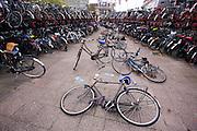Overvolle fietsenstallingen bij het station van Utrecht.<br /> <br /> Bike parking at Utrecht Central Station