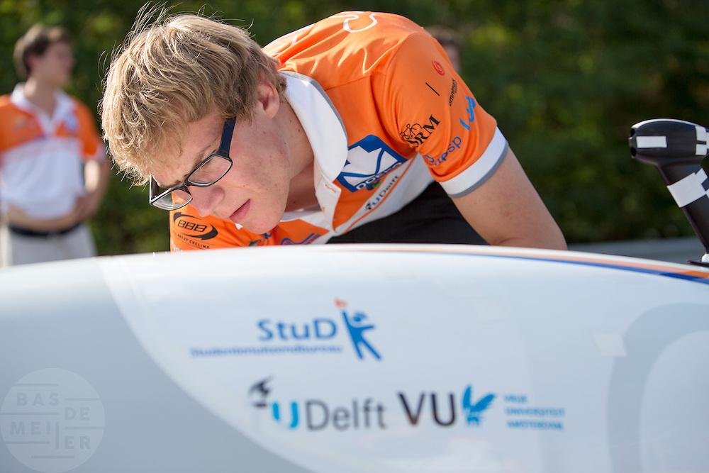 In Schipkau bereidt het Human Power Team Delft en Amsterdam zich met fietser Wil Baselmans voor op het laagland sprintrecord met de VeloX3. In september wil het team, dat bestaat uit studenten van de TU Delft en de VU Amsterdam, een poging doen het wereldrecord snelfietsen te verbreken, dat nu op 133 km/h staat tijdens de World Human Powered Speed Challenge.<br /> <br /> At the Dekra test track in Lausitz the Human Power Team Delft and Amsterdam is preparing the VeloX3 with rider Wil Baselmans for the attempt to set a new lowland sprint record on a bicycle. With the special recumbent bike the team, consisting of students of the TU Delft and the VU Amsterdam, also wants to set a new world record cycling in September at the World Human Powered Speed Challenge. The current speed record is 133 km/h.
