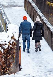 THEMENBILD - Spaziergänger auf einer mit Schnee bedeckten Fussgängerbrücke, aufgenommen am 07. November 2016, Kaprun, Österreich // A couple walks on a snow-covered pedestrian bridge in Kaprun, Austria on 2016/11/07. EXPA Pictures © 2016, PhotoCredit: EXPA/ JFK