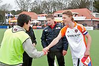 AERDENHOUT - 09-04-2012 - shake hands. Aanvoerder Morris de Vilder (r) , maandag voor de finale tussen Nederland Jongens B en Spanje Jongens B  (3-1) , tijdens het Volvo 4-Nations Tournament op de velden van Rood-Wit in Aerdenhout. Jongens U16 wortdt kampioen.FOTO KOEN SUYK