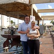 """Vakantie Miami Amerika, Anneke en Edwin Janssen bij de beroemde boot de """"African Queen"""" uit de film met Humphrey Bogart in de haven van Key Largo Florida"""