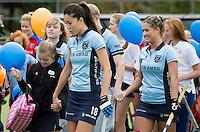 LAREN - G hockey (voor spelers met een verstandelijke beperking) spelers lopen op met de speelsters (Naomi van As)  bij de presentatie van de teams bij de wedstrijd tussen de dames van Laren en SCHC. COPYRIGHT KOEN SUYK