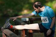 Een man doet voorafgaand aan de wedstrijd enkele strekoefeningen. In Utrecht is de 61e Singelloop gehouden, die sinds vorig jaar in de boeken staat als het snelste 10 km parcours.<br /> <br /> A man is doing some stretching before he starts the running competition.