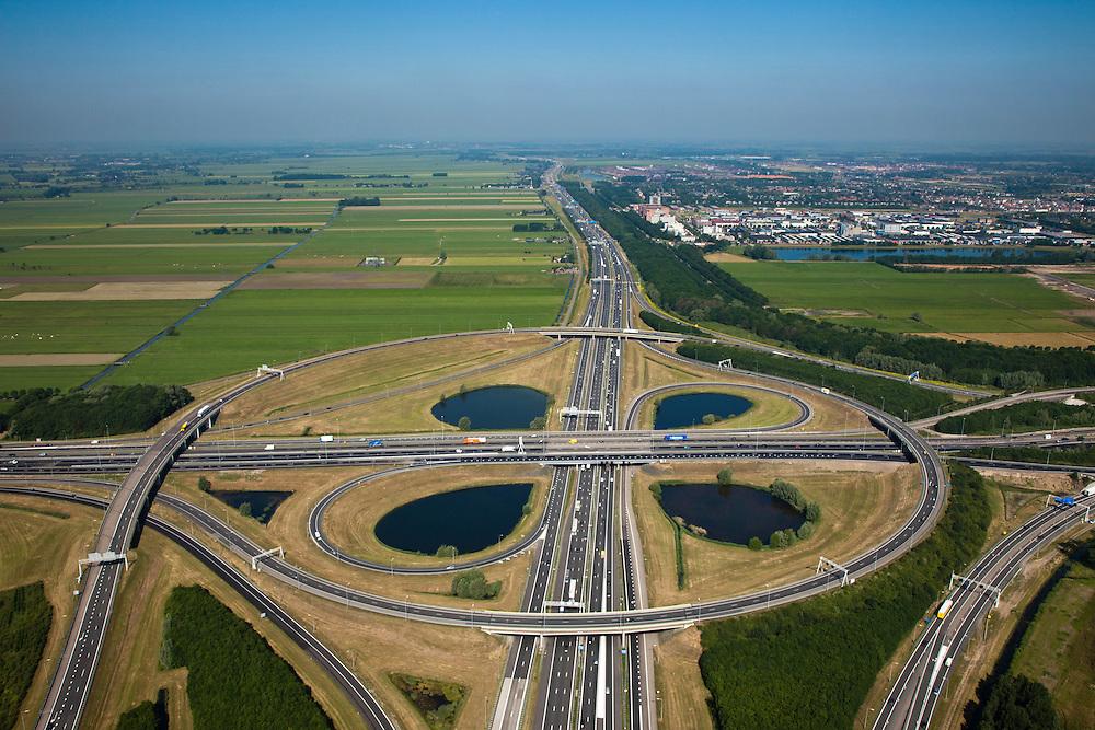 Nederland, Utrecht, Gemeente Nieuwegein, 23-06-2010; Knooppunt Oudenrijn, kruising A2 met A12. De A12 gezien naar het westen met  op het tweede plan De Meern (Leidsche Rijn)..Oudenrijn, A2 junction with A12..luchtfoto (toeslag), aerial photo (additional fee required).foto/photo Siebe Swart