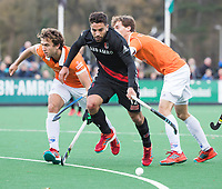 BLOEMENDAAL - Valentin Verga (A'dam) met  links Manu Stockbroekx (Bldaal)  en  Jord Beekmans (Bldaal). Hockey hoofdklasse heren, Bloemendaal-Amsterdam (2-0) . COPYRIGHT KOEN SUYK