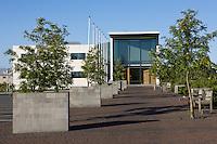Háskóli Íslands, Menntavísindasvið. Menntavísindasvið menntar kennara fyrir leik-, grunn- og framhaldsskóla, íþrótta- og heilsufræðinga, tómstunda- og félagsmálafræðinga og þroskaþjálfa. Kennaraháskóli Íslands sem nú hefur sameinast Háskóla Íslands myndar kjarnann í hinu nýja Menntavísindasviði. The School of Education at the University of Iceland educates teachers for preschools, basic schools and upper secondary schools, sports and health scientists, social educators and leisure professionals. The Iceland University of Education, which has now merged with the University of Iceland, forms the core of the new School of Education.