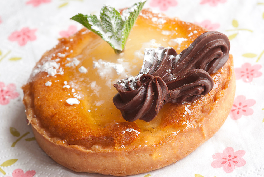 Mini chocolate and pear tart with mint