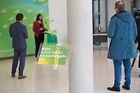 DEU, Deutschland, Germany, Berlin, 05.05.2020: Schild mit Hinweis auf die Beachtung der Abstandsregeln aufgrund der Coronakrise. Katrin Göring-Eckardt, Vorsitzende der Bundestagsfraktion von BÜNDNIS 90/DIE GRÜNEN, bei einem Pressestatement im Deutschen Bundestag.
