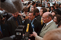 25 AUG 1999, BERLIN/GERMANY:<br /> Gerhard Schröder, SPD, Bundeskanzler, und Walter Momper, SPD Spitzenkandidat, geben Journalisten ein Statement nach einer gemeinsamen Busfahrt durch Berlin<br /> IMAGE: 19990825-01/01-35<br /> KEYWORDS: Mikrofon, microphone, Journalist