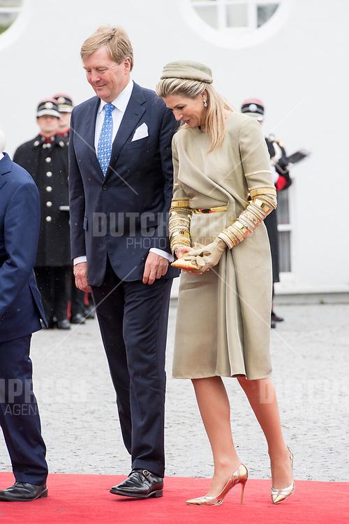 Koning Willem-Alexander en koningin Maxima tijdens de Welkomstceremonie en het ontvangst in het Presidentieel Paleis Aras an Uachtarain in Dublin, op dag 1 van het 3-daags staatsbezoek van het Nederlands Koningspaar aan Ierland.