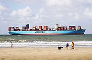 Nederland, Breskens, 5-9-2019Een groot containerschip van rederij Maersk is via de Westerschelde op weg naar de haven van Antwerpen . Zeeland, zeeuwse,kust, containervervoer,handel,wereldhandel,sancties,economische, containertransport, consumptie, koopgedrag, consumptiegoederen, .Foto: Flip Franssen