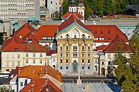 Slovénie, Ljubljana, capitale de la Slovénie, la Place de l'Etoile, eglise Ursuline de la Sainte-Trinité // Slovenia, Ljubljana, Kongresni Square, Ursuline Church of the Holy Trinity