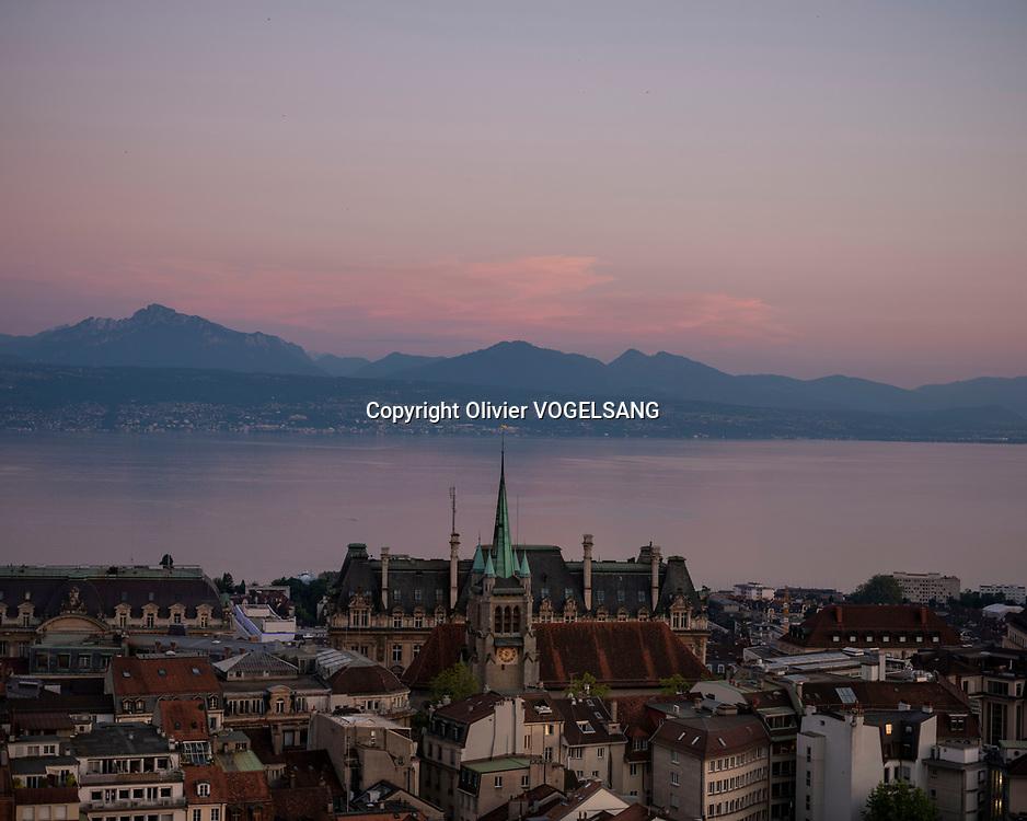 Lausanne, 14 juin 2021. Le guet Renato Häusler sur la cathédrale de Lausanne. Il annonce l'heure à partir de 22h chaque heure jusqu'à 02h du matin. aux quatres coins cardinaux de la tour. Vue depuis le sommet de la cathédrale. © Olivier Vogelsang