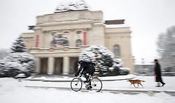 07.02.2018, Innenstadt, Graz, AUT, Schnee in Graz, im Bild ein Radfahrer vor der Oper Graz am 7. Februar 2018, EXPA Pictures © 2018, PhotoCredit: EXPA/ Erwin Scheriau