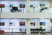Leestafels bij de balies op het Stadskantoor Utrecht. In Utrecht is het nieuwe Stadskantoor in gebruik genomen. De verschillende gemeentelijke diensten die verspreid door Utrecht zaten komen allemaal in het Stadskantoor te zitten. Alleen de gemeenteraad, de trouwzaal en de wijkkantoren blijven op de oude locatie. Burgers moeten wel eerst een digitale afspraak hebben gemaakt voor ze gebruik kunnen maken van een dienst in het Stadskantoor. De ambtenaren hebben allemaal flexplekken.