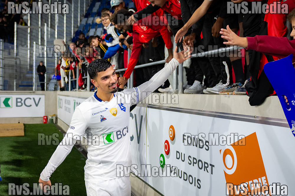 LAUSANNE, SWITZERLAND - SEPTEMBER 22: Cameron Puertas #10 of FC Lausanne-Sport clap hands with the fans after the Swiss Super League match between FC Lausanne-Sport and BSC Young Boys at Stade de la Tuiliere on September 22, 2021 in Lausanne, Switzerland. (Photo by Basile Barbey/RvS.Media/)