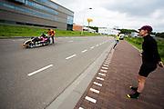 Iris Slappendel kijkt naar Aniek Rooderkerken in de Velox. Op een weg op de campus van de TU Delft oefent het team met het rijden in een Velox. In september wil het Human Power Team Delft en Amsterdam, dat bestaat uit studenten van de TU Delft en de VU Amsterdam, tijdens de World Human Powered Speed Challenge in Nevada een poging doen het wereldrecord snelfietsen voor vrouwen te verbreken met de VeloX 7, een gestroomlijnde ligfiets. Het record is met 121,44 km/h sinds 2009 in handen van de Francaise Barbara Buatois. De Canadees Todd Reichert is de snelste man met 144,17 km/h sinds 2016.<br /> <br /> With the VeloX 7, a special recumbent bike, the Human Power Team Delft and Amsterdam, consisting of students of the TU Delft and the VU Amsterdam, also wants to set a new woman's world record cycling in September at the World Human Powered Speed Challenge in Nevada. The current speed record is 121,44 km/h, set in 2009 by Barbara Buatois. The fastest man is Todd Reichert with 144,17 km/h.