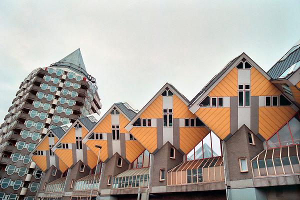 Nederland, Rotterdam, 22-9-2010Kubuswoningen en flatgebouw het potlood uit 1984 van architect Piet Blom aan de Blaak.Foto: Flip Franssen/Hollandse Hoogte
