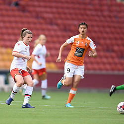 BRISBANE, AUSTRALIA - NOVEMBER 17: Emily Hodgson of Adelaide passes the ball during the round 4 Westfield W-League match between the Brisbane Roar and Adelaide United at Suncorp Stadium on November 17, 2017 in Brisbane, Australia. (Photo by Patrick Kearney / Brisbane Roar)