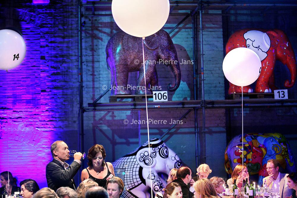 Nederland, Amsterdam , 12 november 2009..De Elephant Parade zet zich in voor het behoud van de Aziatische olifant. Na de succesvolle edities in Rotterdam en Antwerpen is de tentoonstelling in Amsterdam de grootste tot nu toe. De olifanten zijn beschilderd door kunstenaars uit binnen- en buitenland..Na afloop van de tentoonstelling worden de beelden op 12 november onder leiding van Christie's geveild in de Zuiveringshal op het Westergasfabriek terrein. De netto opbrengst van de veiling gaat naar Elephant Family, de door Mark Shand opgerichte stichting ter bescherming van de Aziatische olifant..Op de foto zien we genodigden tijdens de veiling genieten van een exclusief diner gepaard met drankjes..The Elephant Parade is committed to the conservation of Asian elephant. The proceeds from the auction of the painted elephants will go to Elephant Family, the foundation to protect the Asian elephant.